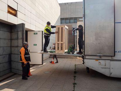 Carga de las últimas obras del Museo de Lleida con destino a Barbastro, el pasado 10 de marzo.