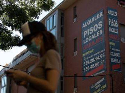 Un anuncio de alquiler de viviendas cuelga de la fachada de un edificio en Madrid. VÍCTOR SAINZ