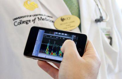 Un estudiante de la Universidd de Florida utiliza una aplicación móvil médica en su iPod.