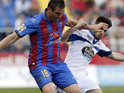 Ballesteros pelea un balón con Pizzi en el partido contra el Deportivo.