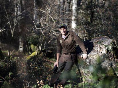 El guarda forestal Jesús Cañas en el parque natural de Saja-Besaya.