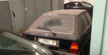 Coche de la alcaldesa de Valencia, Rita Barberá, de la marca Lancia, aparcado desde 1991 en el aparcamiento del Consistorio.