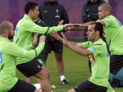 Cristiano y Pepe, en el fondo, en un entrenamiento de Portugal.