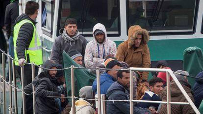 Salvamento Marítimo y la Guardia Civil han rescatado y trasladado al Puerto de Barbate (Cádiz) a un centenar de inmigrantes.