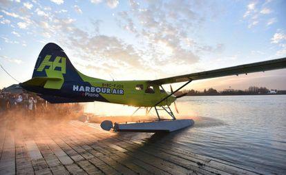 El primer avión comercial totalmente eléctrico se prepara para despegar en el aeropuerto de Vancouver, Canadá.
