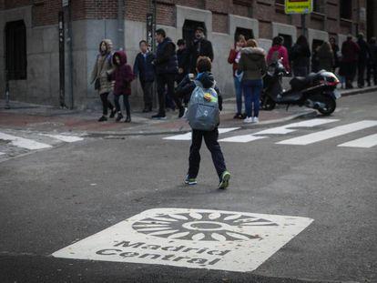 Varios niños acuden a un colegio situado en el interior del área de Madrid Central, este miércoles.