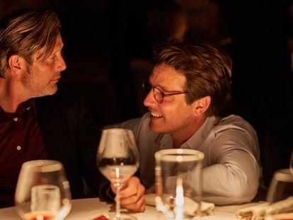 El actor Mads Mikkelsen y el director Thomas Vinterberg, en el rodaje de 'Otra ronda'.
