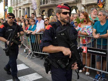 Mossos con armas largas, durante la manifestación del pasado día 26 en Barcelona.