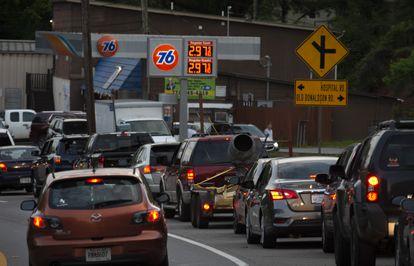 Una fila para cargar combustible en una estación de Canton, Georgia, este martes.