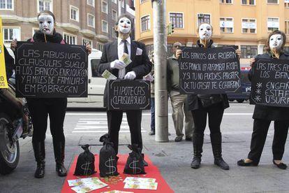 Afectados por la claúsula suelo durante una concentración en Madrid, en 2013, contra las cláusulas suelo y los abusos hipotecarios de la banca.