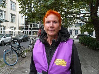 Ingrid Hoffmann, inquilina de Deutsche Wohnen y activista por la vivienda asequible en Berlín, retratada con un chaleco de la iniciativa que pide la expropiación de los grandes propietarios.