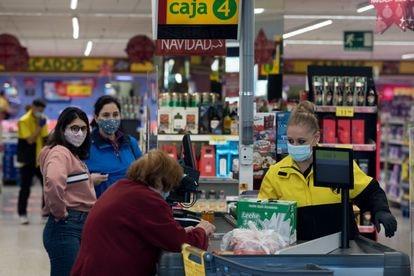 Una cajera de supermercado en Alcorcón (Madrid).