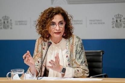 La ministra de Hacienda, María Jesús Montero, durante la presentación de las proyecciones de déficit incluidas en el Programa de Estabilidad 2021-2024.