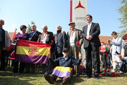 Los cuatro brigadistas, de pie, en la inauguración del monumento en su honor en Madrid.