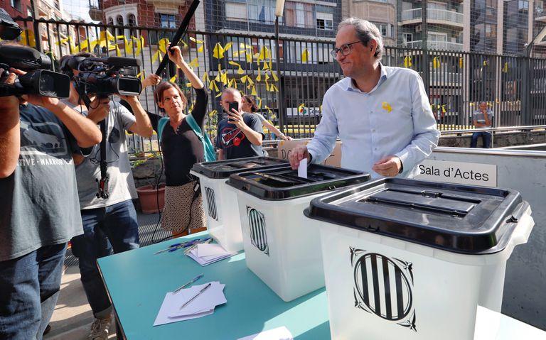 El 'president' de la Generalitat, Quim Torra, sostiene la misma urna en la que depositó su papeleta el 1-O, durante su visita esta mañana a la Escuela Oficial de Idiomas de Barcelona, lugar donde votó en el referéndum del 1-O y donde ha participado en la conmemoración del primer aniversario de esa jornada.