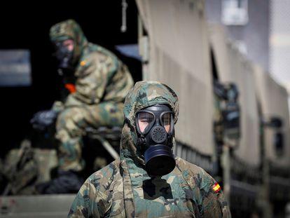 Efectivos del regimiento del Ejército de Tierra en San Sebastián desinfectando este sábado la estración de tren de Irún.