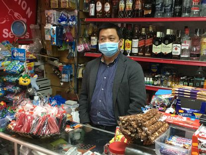 Zhan Owei, de 47 años, en su comercio del barrio de Lavapiés.