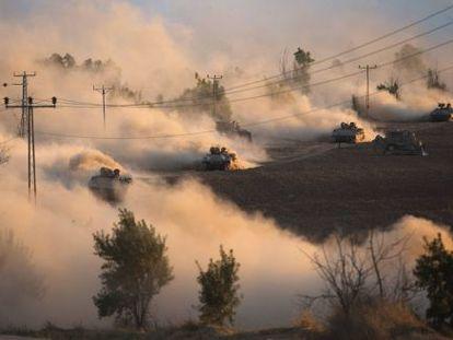 Varios tanques israelíes maniobran este viernes en las proximidades de la franja de Gaza.