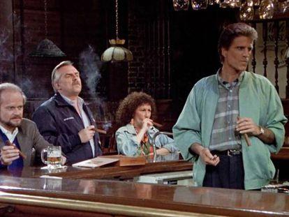 Frasier, Cliff, Carla y Sam en Cheers, fumando tranquilamente (eran otros tiempos). En vídeo, la introducción de la serie.