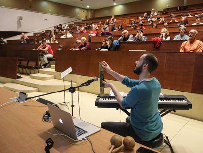 Conferencia sobre la música en la Física en la Facultad de Física de la UCM. En la imagen, el pianista Pablo Gutierrez.
