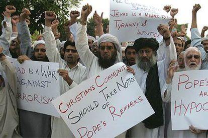 Musulmanes paquistaníes se manifiestan con pancartas contra las declaraciones del Papa, ayer en las calles de Islamabad .