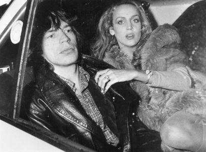 Mick Jagger con su pareja Jerry Hall en la parte de atrás de un coche, en París en 1979.