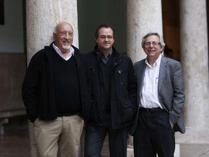Antonio Ariño, a la derecha, antes de una charla en la Nau entre el escritor Manuel Vicent y el periodista Miquel Alberola, en 2014.