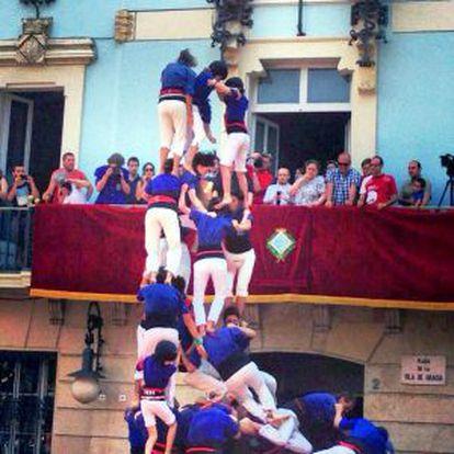 El inicio de la caída de los castellers de Gràcia.
