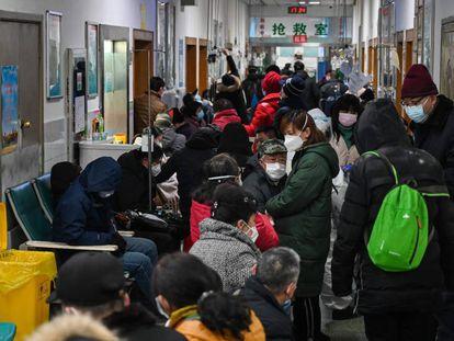 Gente con mascarilla en un hospital de Wuhan, en el mes de enero.