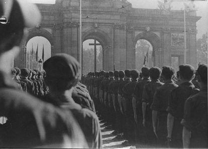 Fotografía agujereada de un desfile falangista en la Puerta de Alcalá de Madrid, en 1941.