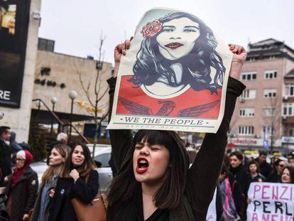 Una mujer porta una pancarta reivindicativa en el Día Internacional de la Mujer, en Pristina (Kosovo).