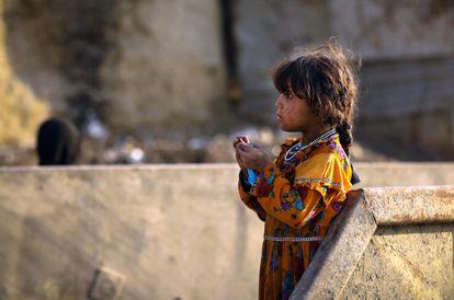Una niña afgana posa para una fotografía cerca de un refugio temporal para personas desplazadas en Kabul.