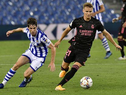 Odegaard, defendido por Elustondo en el Real Sociedad-Real Madrid.