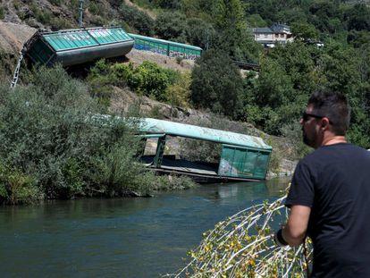 Vagones despeñados por Adif al río Sil en agosto de 2020.