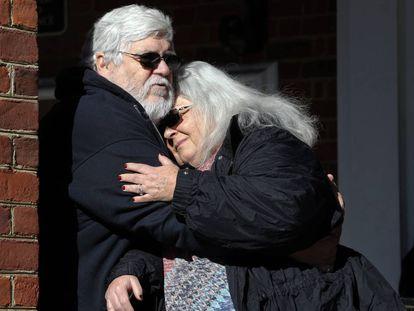 Susan Bro, la madre de la víctima mortal Heather Heyer, abraza a su marido frente a la Corte del Circuito de Charlottesville.