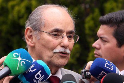 Fotografía de archivo del político colombiano, Horacio Serpa, hablando con periodistas a su llegada a Casa de Nariño