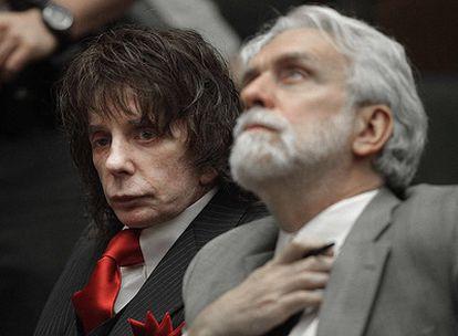 Phil Spector, ayer acompañado por  su abogado.
