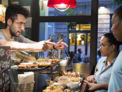 Un camarero del bar Es Xibiu ofrece por dos euros caña y tapa.