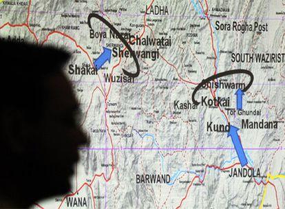 La sombra del portavoz del Ejército paquistaní, Athar Abbas, se proyecta sobre el mapa en el que explica la evolución de la ofensiva contra los talibanes.