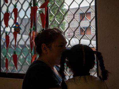 Rosa está presa junto con su hija en el penal de Santa Martha, Ciudad de México.