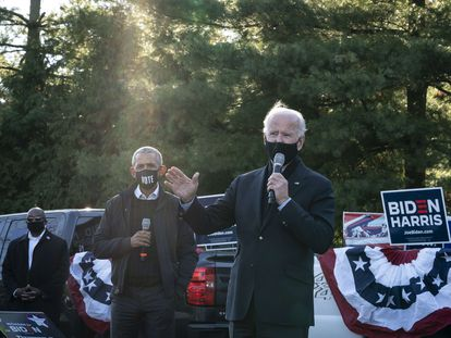 El candidato demócrata, Joe Biden, habla durante un mitin en Bloomfield Hills, Michigan, acompañado del expresidente Barack Obama, este sábado.