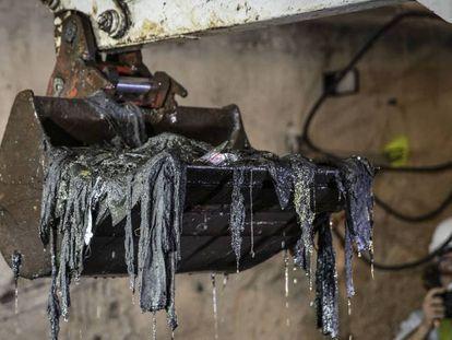 Una pala excavadora saca kilos de toallitas húmedas del colector norte de Valencia. En vídeo, las labores de limpieza del colector Norte.