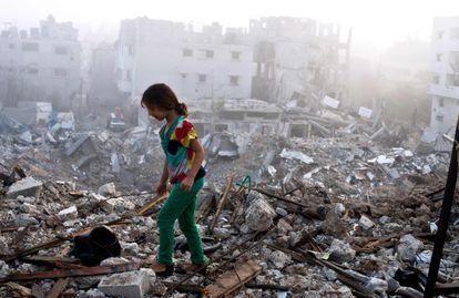 Una niña palestina en los escombros de su casa, en agosto de 2014 en Gaza.