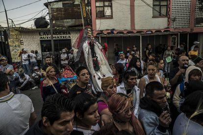 Procesión de una imagen de la Santa Muerte en el peligroso barrio de Tepito.