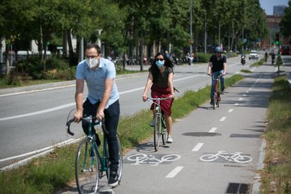 Varios ciclistas usan el carril bici del Paseo Sant Joan (Barcelona).