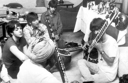Paul McCartney, John Lennon y Ringo Starr observan a George Harrison mientras toca el sitar durante una visita a la India en 1968.