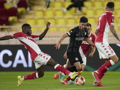 Eliot Matazo (I) intenta quitarle el balón a Otar Kiteishvili en el Monaco-Sturm Graz.
