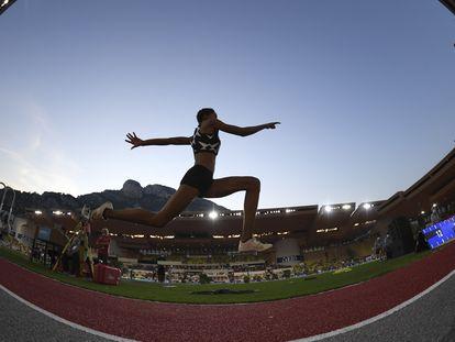 La atleta venezolana Yulimar Rojas salta el pasado 14 de agosto en el estadio Louis II de Mónaco.