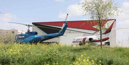 Aviones propiedad de una empresa en terrenos de la Universidad Rey Juan Carlos, en el campus de Fuenlabrada.