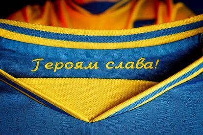 """La camiseta de la selección de fútbol de Ucrania con el lema """"Gloria a los héroes"""" en el interior, en el cuello."""